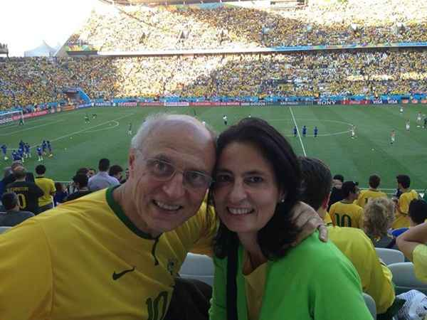O senador Eduardo Suplicy (PT) e a esposa, M�nica Dallari, durante o jogo entre Brasil e Cro�cia. Em nota, o pol�tico criticou torcedores que xingaram a presidente. Foto: Divulga��o/Facebook