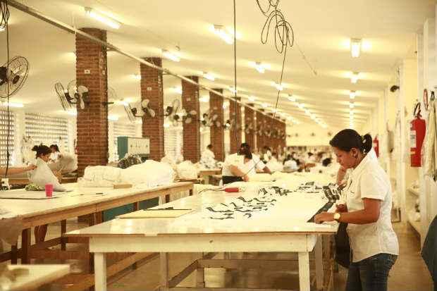 Um dos pilares da empresa � a capacita��o profissional. Dentro da unidade foi montada uma escola de costura. Foto: Bernardo Dantas/DP/D.A Press