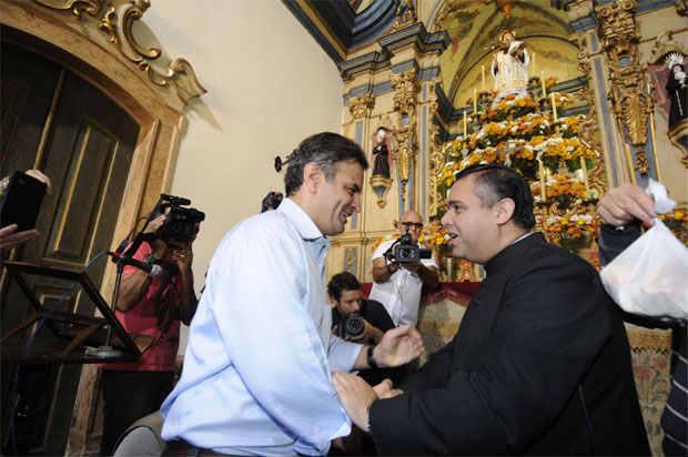 A�cio visita o t�mulo do av� e � capela de Santo Ant�nio, onde recebeu a b�n��o do padre local, Geraldo Magela da Silva - Foto: Jair Amaral/EM/D.A Press (Jair Amaral/EM/D.A Press)