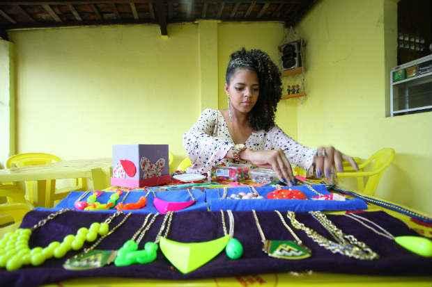 Raiane Concei��o, 21, come�ou a fazer tiaras e fivelas customizadas no ensino m�dio. Ela fez um v�deo, colocou o material no portal e conseguiu R$ 1,2 mil em tr�s meses. Est� expandindo o neg�cio. Foto: Paulo Paiva