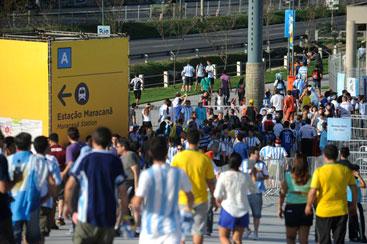 Torcedores chegam ao est�dio do Maracan� para a partida de estr�ia de Argentina e B�snia na Copa do Mundo 2014. Foto: Fernando Fraz�o/Ag�ncia Brasil