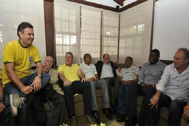 Acompanhado de ex-atletas, o candidato � Presid�ncia da Rep�blica A�cio Neves torceu pela Sele��o Brasileira na casa de amigos, em BH. Foto: Ramon Lisboa/EM/D.A Press  (Ramon Lisboa/EM/D.A Press)