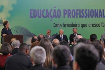 Presidenta Dilma Rousseff anuncia a segunda etapa do Pronatec, que vai ofertar 12 milh�es de vagas em 220 cursos t�cnicos de n�vel m�dio e em 646 cursos de qualifica��o, a partir de 2015. Foto: Antonio Cruz/Ag�ncia Brasil