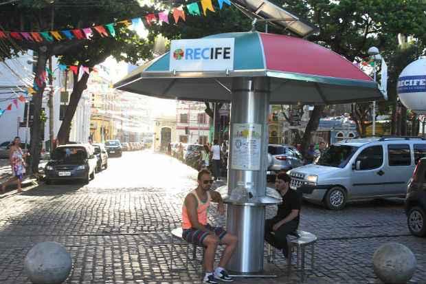 Quiosque recarrega gratuitamente at� seis aparelhos eletr�nicos ao mesmo tempo. Foto: Edvaldo Rodrigues/DP/D.A Press