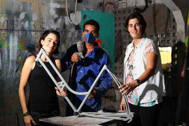Patricia Quintella (de Branco) e Maria Escorel (de Preto), da Reciclo Bikes, conseguiram melhorar o neg�cio com a ajuda do Nagi. Foto: Paulo Paiva/DP/D.A Press
