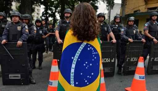 Tropa de choque da pol�cia militar do Rio de Janeiro bloqueiam passagem de manifestantes nos arredores do Maracan�, em 30 de junho de 2013. Foto: Yasuyoshi Chiba/ AFP/Arquivos