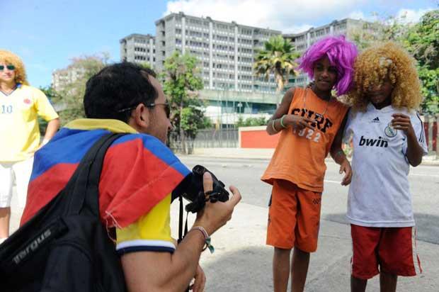 Meninos da comunidade Metr�-Mangueira jogam futebol e interagem com turistas em rua interditada por policiais nos arredores do est�dio do Maracan�. Foto: T�nia R�go/Ag�ncia Brasil
