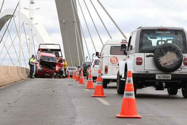 Carro � removido da ponte JK ap�s acidente. Foto: Oswaldo Reis/CB/D.A. Press