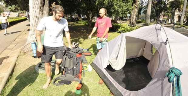 Nicol�s Villarreal e Lucas Lecuona, que chegaram de carona a BH, est�o acampados na Pra�a da Liberdade. Foto: Ramon Lisboa/EM/D.A. Press