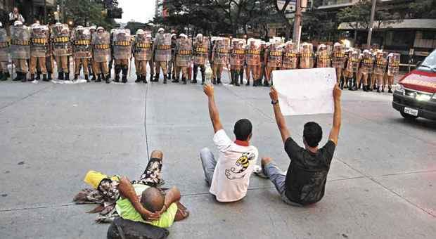 Manifestantes foram isolados na Pra�a Sete, com acesso apenas � da Esta��o, durante partida da Copa em BH. Foto: Sidney Lopes/EM/D.A. Press
