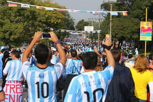 Torcedores argentinos tomaram ontem as ruas de Porto Alegre para o duelo contra a Nig�ria: cena parecida pode acontecer na capital nas quartas. Foto: Lucas Uebel/AFP