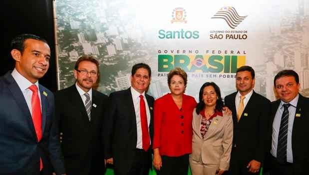 Presidenta Dilma Rousseff posa para foto com Prefeitos da regi�o metropolitana da Baixada Santista ap�s anunciar investimentos do PAC2 Mobilidade Urbana para a regi�o. Foto: Roberto Stuckert Filho/PR