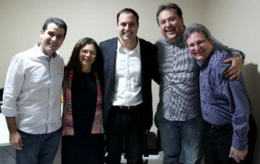 Paulo C�mara (centro) recebe apoio de Joaquim Lyra e Jane Pov�o (� esquerda) e Sebasti�o Oliveira e Goni (� direita). Foto: Wagner Ramos/divulga��o. (Paulo C�mara (centro) recebe apoio de Joaquim Lyra e Jane Pov�o (� esquerda) e Sebasti�o Oliveira e Goni (� direita). Foto: Wagner Ramos/divulga��o.)