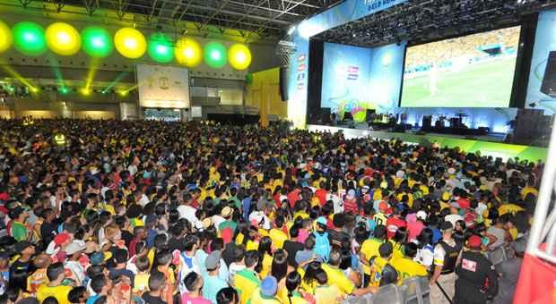 Fan Fest no Expominas fica lotada e prefeitura estuda oferecer mais dois lugares como op��o. PM pede que frequentadores tenham cuidado com os pertences. Foto: Marcos Michelin/EM/D.A. Press