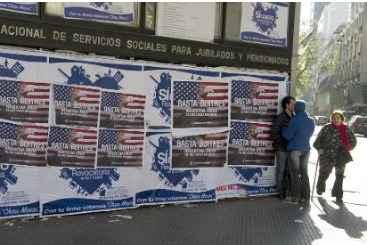 Cartazes em Buenos Aires contra os fundos especulatvios que cobram na justi�a a d�vida argentina. Foto: � AFP/ALEJANDRO PAGNI (Cartazes em Buenos Aires contra os fundos especulatvios que cobram na justi�a a d�vida argentina. Foto: � AFP/ALEJANDRO PAGNI)