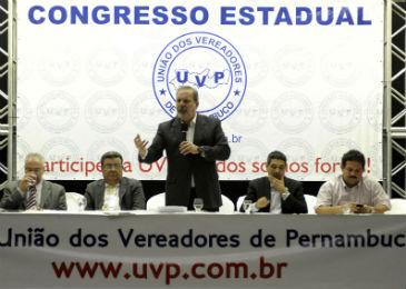 Armando Monteiro (centro) discursa ao lado de seu aliado Jo�o Paulo (� direita). Foto: L�o Caldas/Divulga��o. (Armando Monteiro (centro) participou do evento ao lado de seu aliado Jo�o Paulo (� direita). Foto: L�o Caldas/Divulga��o.)