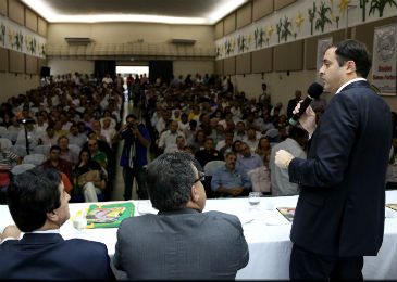 Paulo C�mara (� direita) discursa na presen�a de vereadores de v�rios munic�pios pernambucanos. Foto: Wagner Ramos/divulga��o.  (Paulo C�mara (� direita) discursa na presen�a de vereadores de v�rios munic�pios pernambucanos. Foto: Wagner Ramos/divulga��o. )