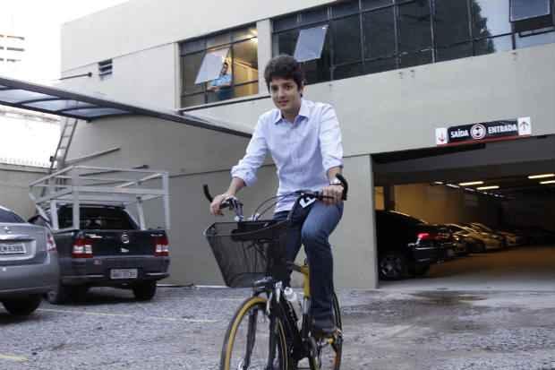 %u201CComo os ciclistas costumam andar em grupo, em vez de atrair apenas um consumidor, o biciclet�rio atrai v�rios%u201D, diz Guilherme Jord�o, coordenador geral da Associa��o Ameciclo. Foto: Blenda Souto Maior/DP/D.A Press