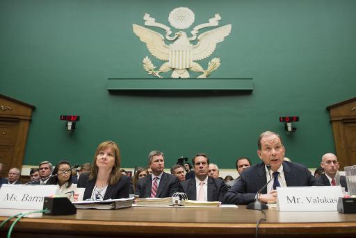 CEO da General Motors Mary Barra e Anton Valukas, da comiss�o de investiga��o da GM sobre os recalls. Foto: Saul Loeb/AFP Photo
