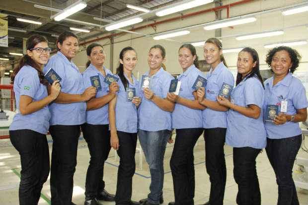 Das nove profissionais que embarcam, sete fizeram o curso de qualifica��o para costureiro industrial do vestu�rio. Foto: Debora Rosa/Esp.DP/D.A.Press