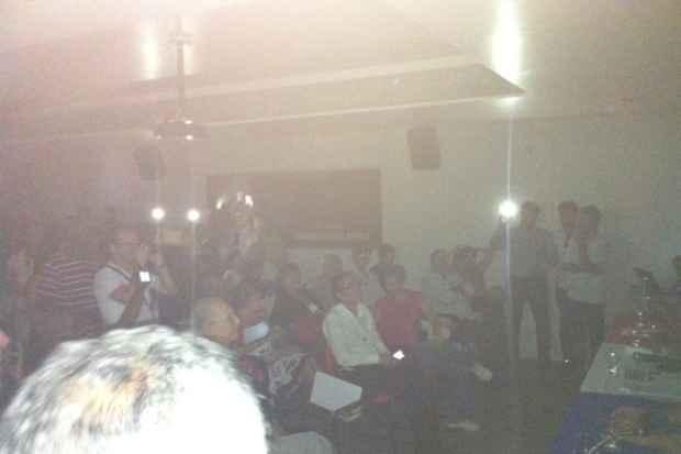Na aus�ncia de energia el�trica, celulares foram utilizados na sede do partido. Foto: T�rcio Amaral/DP/D.A. Press