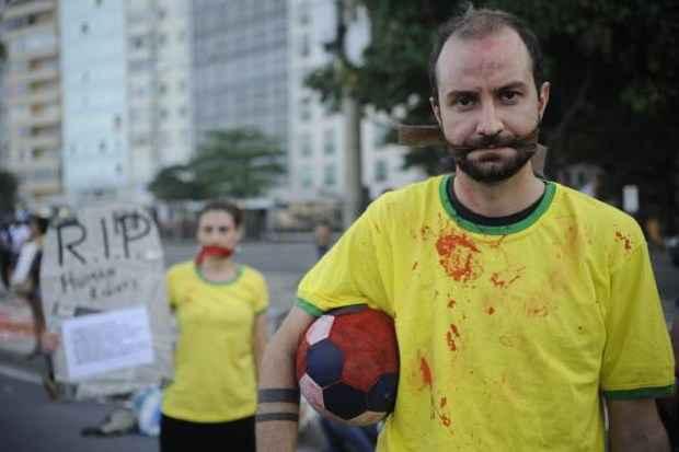 Os manifestantes simularam um jogo de toque bola na rua (Fraz�o/Ag�ncia Brasil)