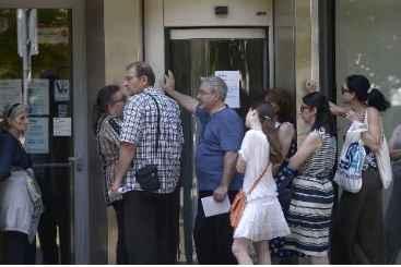 Boatos de um iminente colapso banc�rio levaram os clientes do First Investment Bank (FIB), o terceiro maior banco do pa�s, a retirar o dinheiro de seus dep�sitos. Foto: � AFP/NIKOLAY DOYCHINOV (Boatos de um iminente colapso banc�rio levaram os clientes do First Investment Bank (FIB), o terceiro maior banco do pa�s, a retirar o dinheiro de seus dep�sitos. Foto: � AFP/NIKOLAY DOYCHINOV)