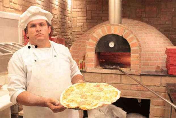 Pizzaiolo do Barazzone diz que briquete contribui para sabor melhor frente ao g�s, mas baga�o perde em rendimento (Gleyson Ramos/Divulga��o)