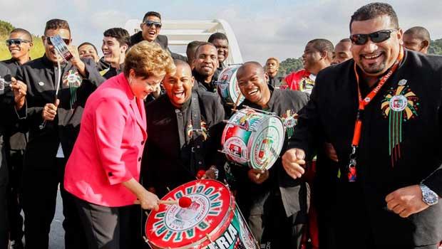 Presidenta Dilma Rousseff posa para fotos com integrantes da bateria da Escola de Samba Grande Rio, durante abertura ao tr�fego do Arco Metropolitano do Rio de Janeiro, assinatura de contrato de financiamento para abastecimento de �gua na Baixada Fluminense e an�ncio de novos investimentos. Foto: Roberto Stuckert Filho/PR