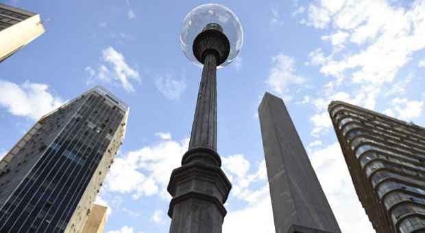 Globo transparente destoa da lumin�ria original na Pra�a da Liberdade. Fotos: Juarez Rodrigues/EM/D.A. Press