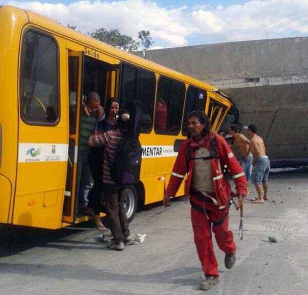 Um �nibus foi atingido e alguns passageiros ficaram feridos. Foto: Carol Pugliese