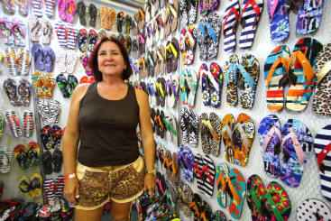 Lilian Ribeiro diz que o estande de sand�lias � voltado especificamente para mulheres. Foto: Paulo Paiva/DP/D.A Press