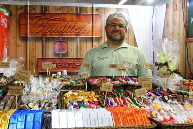 Jorge Vasconcelos, propriet�rio da Faultless Chocolates Finos, diz que no inverno vende 15% mais. Foto: Paulo Paiva/DP/D.A Press