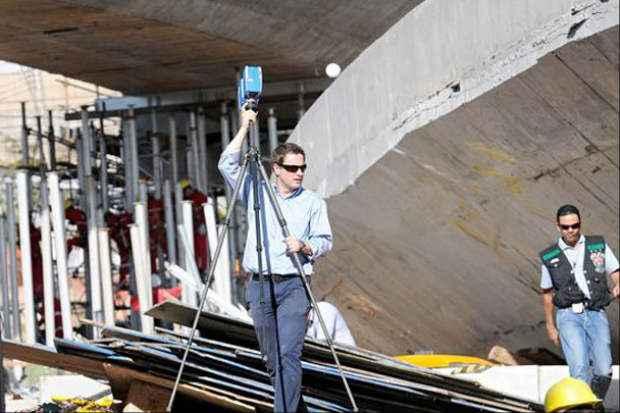 Perito usa scanner durante trabalhos realizados ontem: PBH diz que est� pronta para iniciar trabalhos de libera��o da pista. Cr�dito: Gladyston Rodrigues/EM/D.A Press