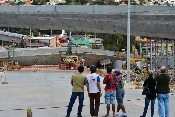 Moradores e visitantes observam destro�os. Foto: Marcello Casal Jr/Ag�ncia Brasil