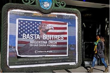 Cartaz em Buenos Aires contra os 'fundos abutre'. Foto: � AFP/Alejandro Pagni (Cartaz em Buenos Aires contra os 'fundos abutre'. Foto: � AFP/Alejandro Pagni)