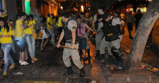 Policiais prenderam 10 pessoas e usaram bombas de efeito moral para dispersar a confus�o que come�ou antes do fim da partida. Foto: Tulio Santos/EM/D.A. Press