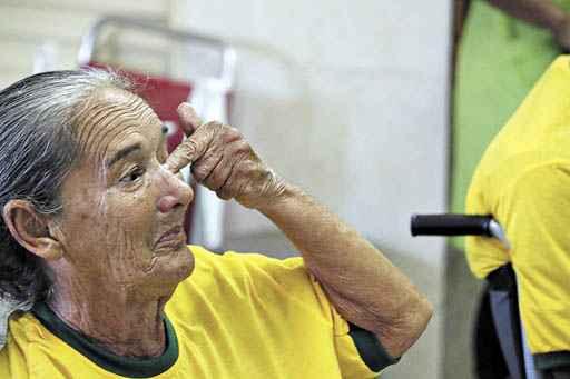 Dona Geralda, 74 anos, chorou ao ver a performance lament�vel do time de Felip�o: cora��o apertado. Foto: Oswaldo Reis/CB/D.A. Press