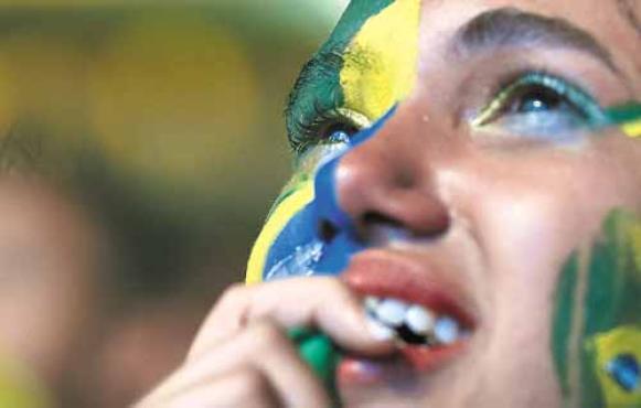 Moradora de Taguatinga, Talina Sim�es preparou-se especialmente para ver o jogo da Sele��o Brasileira: choro solto ap�s o vexame. Foto: Ed Alves/CB/D.A. Press
