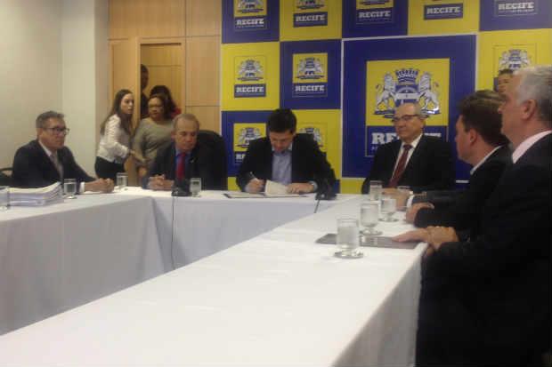 Assinatura prev� a��o judicial para contribuintes sonegadores que n�o cumprirem negocia��o. Foto: Andr� Clemente/DP/D.A.Press (Andr� Clemente/DP/D.A.Press)