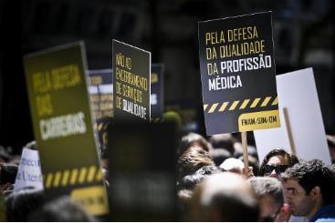M�dicos se manifestam em Lisboa contra os cortes or�ament�rios. Foto: � AFP/Patricia de Melo Moreira (2012) (M�dicos se manifestam em Lisboa contra os cortes or�ament�rios. Foto: � AFP/Patricia de Melo Moreira (2012))
