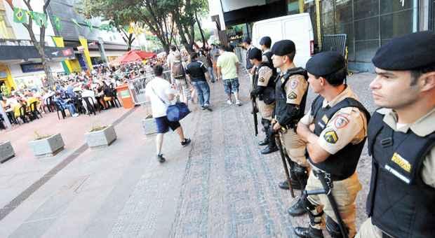 Policiais Militares fazem seguran�a em quarteir�o fechado da Savassi, principal ponto de concentra��o de torcedores durante a Copa. Foto: Cristina Horta/EM/D.A. Press