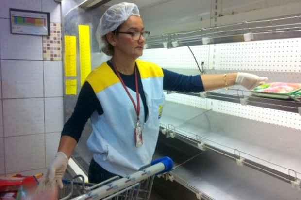 Vistoria da Visa interditou ilha de refrigera��o de alimentos que estava com problemas de temperatura (Secretaria de Sa�de do Recife/Divulga��o)