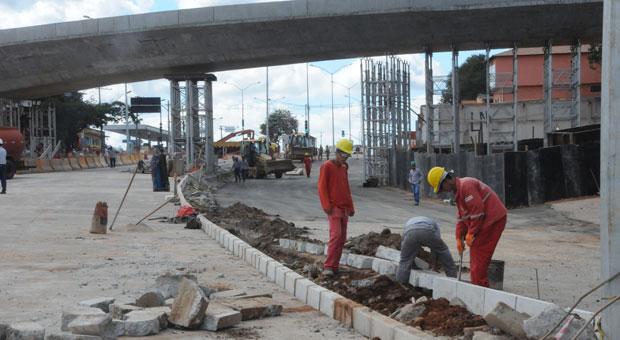 A libera��o do tr�nsito de ve�culos na Avenida Pedro I continua indefinida. Foto: Paulo Filgueiras/EM/D.A. Press