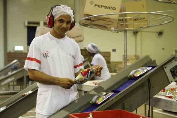 Gleidson atua como instrutor para as novas contrata��es e participa da reciclagem dos colaboradores. Foto: Blenda Souto Maior/DP/D.A Press