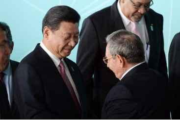 O presidente chin�s, Xi Jinping, � visto ao lado do presidente cubano, Ra�l Castro, em 17 de julho de 2014, em Bras�lia. Foto: � AFP/Arquivos Evaristo Sa (O presidente chin�s, Xi Jinping, � visto ao lado do presidente cubano, Ra�l Castro, em 17 de julho de 2014, em Bras�lia. Foto: � AFP/Arquivos Evaristo Sa)