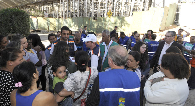 Moradores dos residenciais no entorno da obra discutem com t�cnicos da Defesa Civil como ser� feita a desocupa��o dos pr�dios. Foto: Beto Magalh�es/EM/D.A. Press