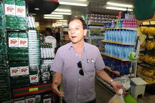 Altamiro Oliveira prefere ir ao mercado sozinho, por se considerar mais pr�tico. Foto: Carlos Moura/CB/D.A Press