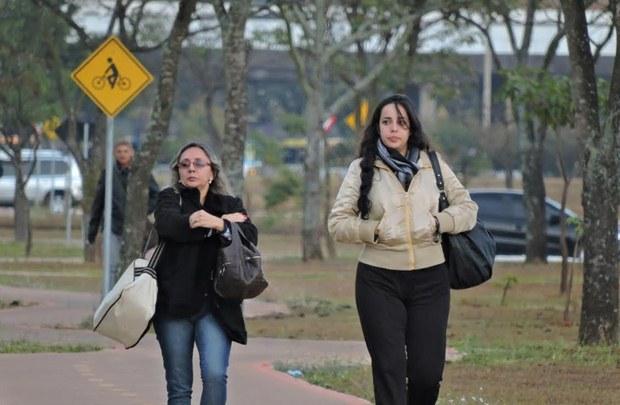 Manh� fria faz brasilienses abusarem dos agasalhos. Foto: Breno Fortes/CB/D.A. Press