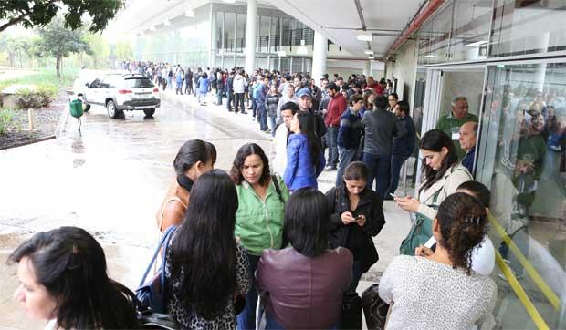 Candidatos fizeram fila para entrar no local das provas, a maior parte deles com diplomas de universidades latino-americanas. Foto: Rodrigo Clemente/EM/D.A. Press